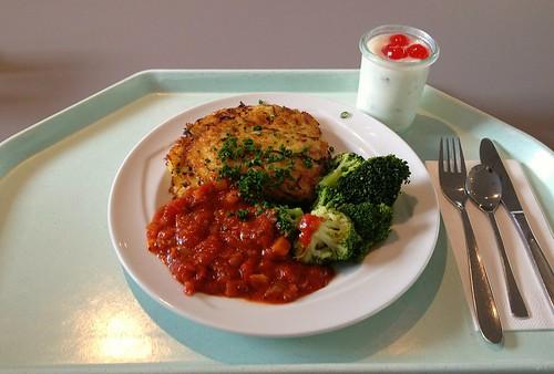 Zucchinipuffer mit Broccoli und Tomaten / Zucchini pancakes with broccoli & tomatoes