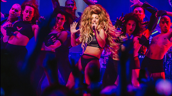 lady-gagas-spectacular-itunes-festival-2013-show-09