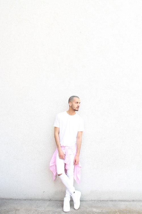 白コーデにピンク差し