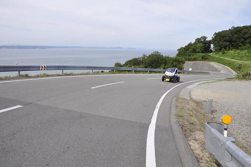 豊島美術館前の坂を駆け上がる日産ニューモビリティコンセプト