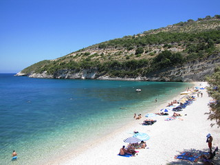 Afbeelding van Makry Gialos (Μακρύς Γιαλός) Strand met een lengte van 216 meter. blue sea sky people holiday green beach swimming swim canon relax photography sand scenery meer mediterranean shoreline azure powershot greece grecia lovely zante zakynthos ionian