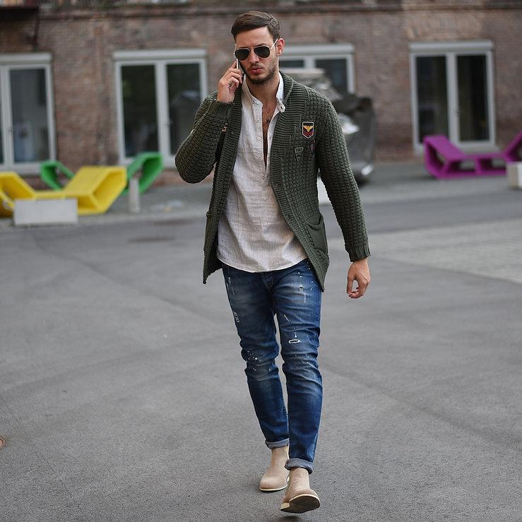 カーキカーディガン×白バンドカラーシャツ×デニムパンツ×ベージュサイドゴアブーツ