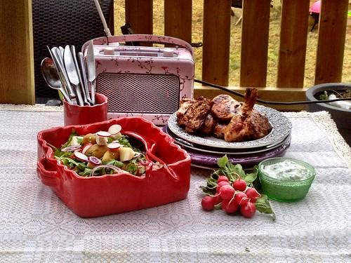 Katta har preppat kycklingrätten i #grillkasse 2. Vi kör rosa tema på det. :)