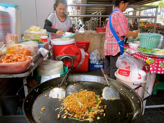 street pad thai in thailand