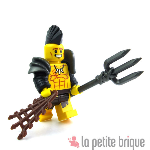 This gladiator is so happy to try his new gears ! by LaPetiteBrique.com