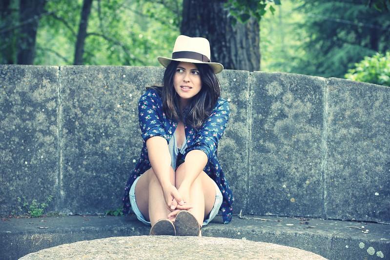 Look camisa de flores y sombrero - Monicositas