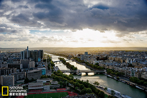 塞納河有東向西貫穿巴黎,沿途流經37座橋。這是從艾菲爾鐵塔望見的河景。攝影:William Albert Allard;圖片提供:《國家地理》雜誌中文版2014年5月號