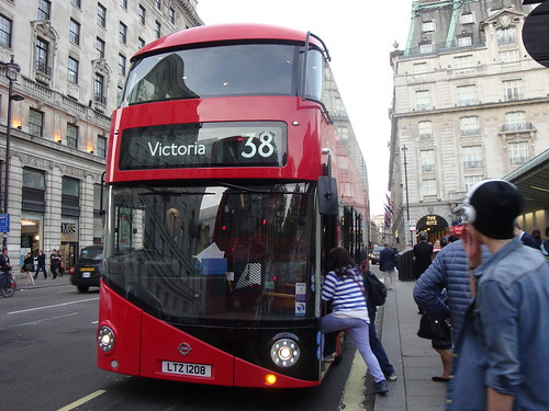 Arriva London LT208 on Route 38, Green Park