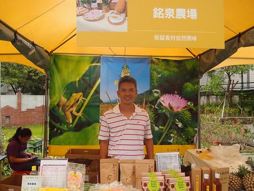 銘泉農場在屏東生產鳳梨已有50年時間,農場主人認為通路有收購保證,是農友轉作友善耕作的一大利因。攝影:詹嘉紋。