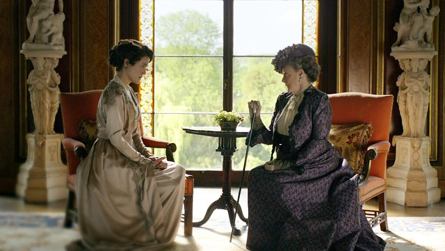 DowntonAbbeyS01E06_CoraCountess_sitting