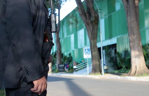 Regulamentado porte de armas para agentes de segurança