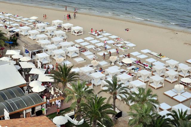 Zona de la playa con camas y hamacas que crean la mejor atmósfera Ushuaïa Ibiza, la #experiencia más completa de la isla - 9326500763 84411e847e z - Ushuaïa Ibiza, la #experiencia más completa de la isla