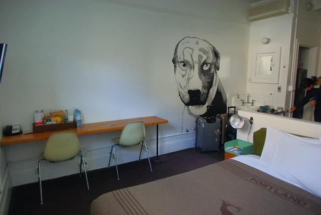 犬の絵が書いてあるエースホテルの部屋