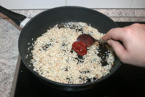 34 - Tomatenmark hinzufügen / Add tomato puree