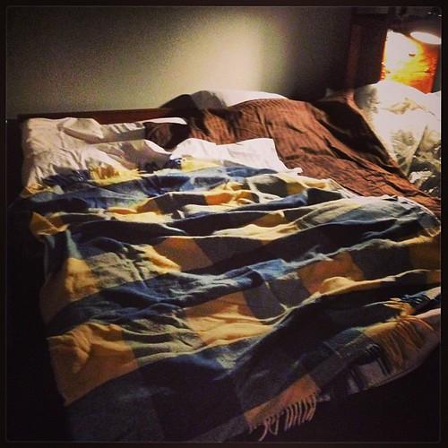 Vi har en säng! (Enda gången någonsin ni kommer få se udda lakan i min säng)