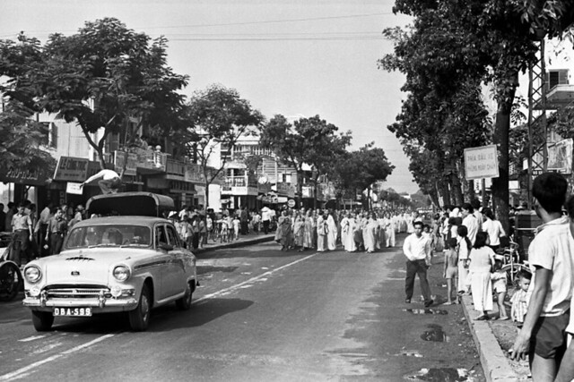 (9:17 AM June 11, 1963) The Buddhist protestors walked from the pagoda to central Saigon