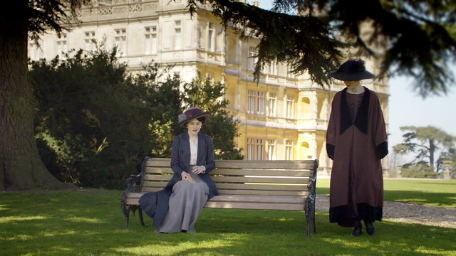 DowntonAbbeyS01E03_MaryVora_outsidebench