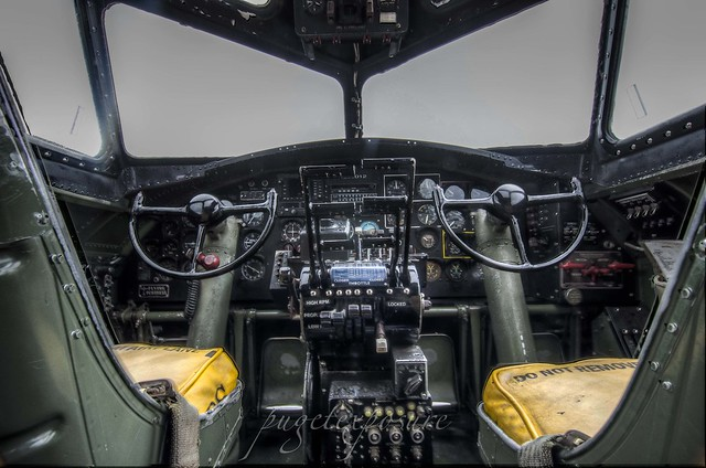 Boeing B17G Flying Fortress Cockpit interior Airfix