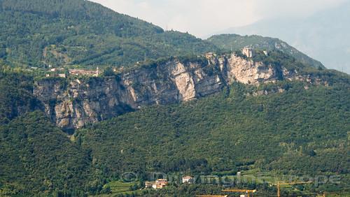 岸壁の上の村々