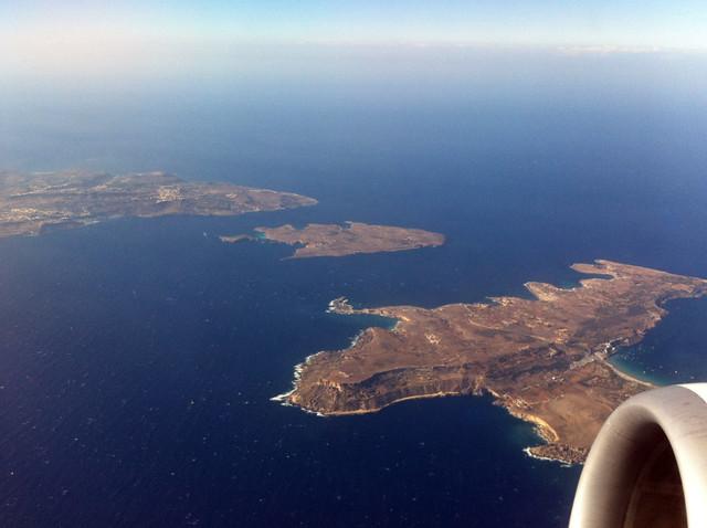 En medio la isla de Comino desde el aire, a la izquierda de la misma, el Blue Lagoon