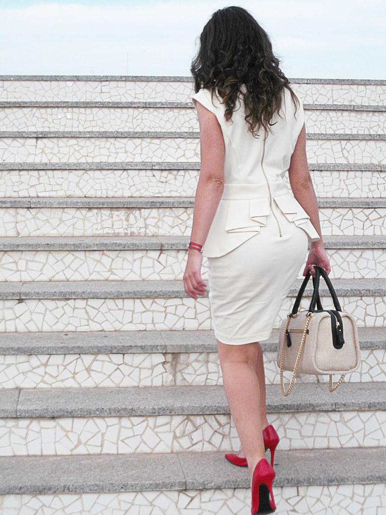 beige dress peplum, Ted Baker, red leather pumps, bag beige fabric, black leather handles, golden chain, vestido crudo, zapatos de salón, tacón rojo, bolso tela beige, asas de piel negra, cadena dorada,