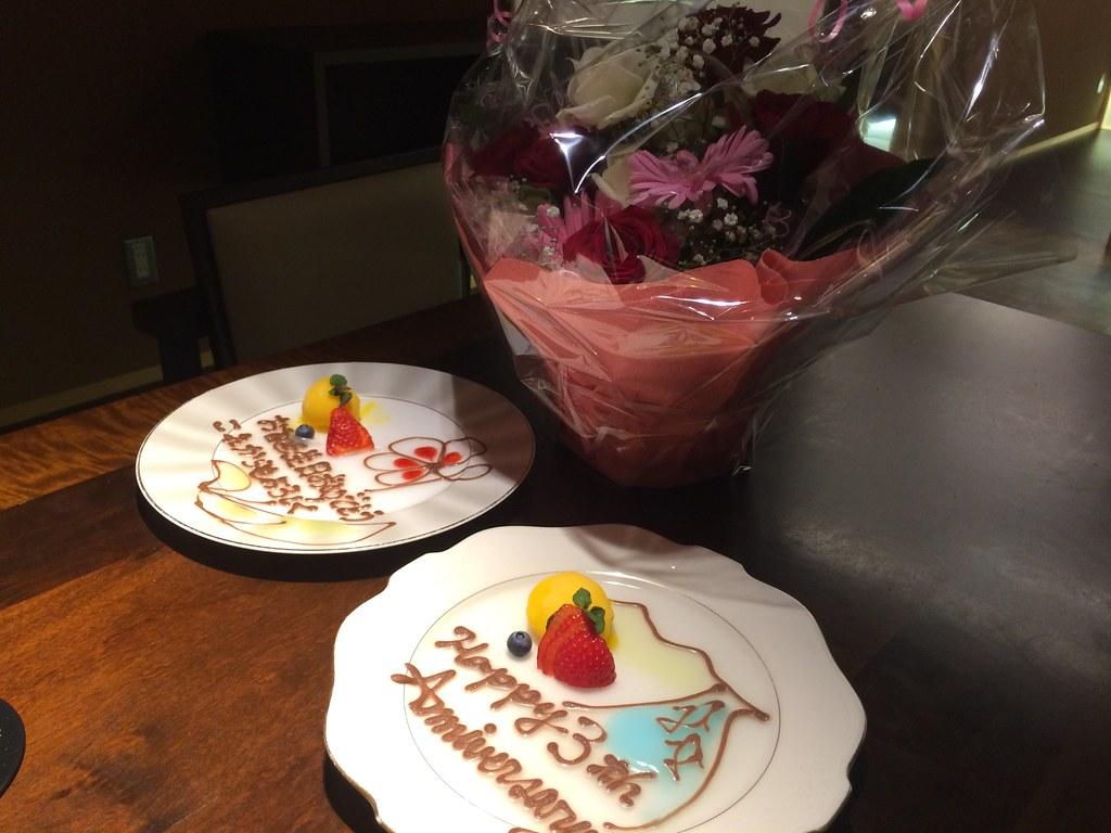 祝いの花とデザートプレート