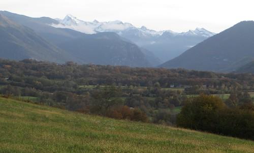 Vue sur les Pyrénées, route de Bélair, Rébénacq, Béarn, Pyrénées Atlantiques, Aquitaine.