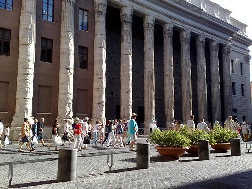 Turisti d'avanti al tempio di Adriano by durishti
