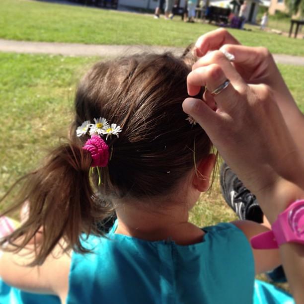 Hon har blommor i sitt hår. Midsommarfirande på dagis. #midsommar