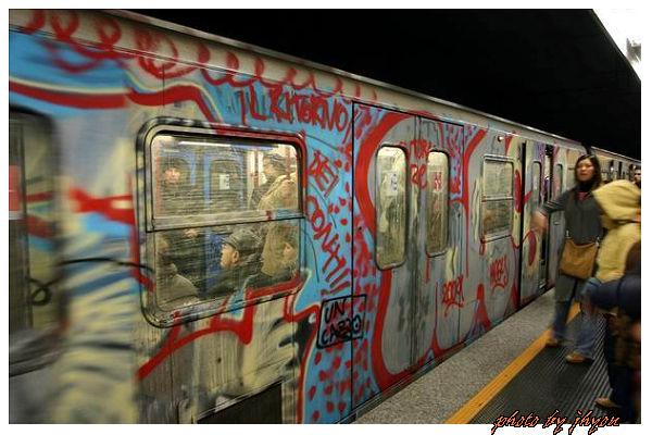1108880041_充滿塗鴉藝術的地鐵