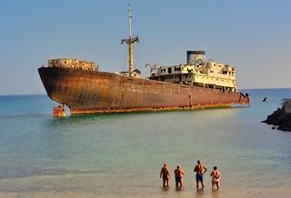 Immagine di Playa de Barlovento vicino a Arrecife. shipwreck lanzarote lascaletas templehall telamon canaryislands canaries beach sea ship people allfreepictures bestof2016