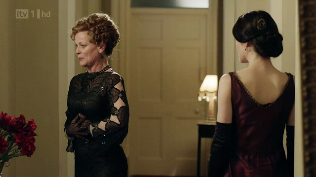 DowntonAbbeyS02E09_Rosamund_blackdiamondsleeves