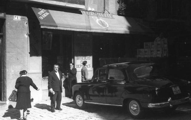 Tienda de Federico Martín Bahamontes en la plaza de la Magdalena el 10 de Octubre de 1959. Fotografía de Jesús Elósegui Irazusta