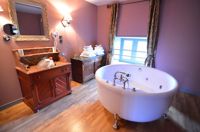 Chateau d'Origny jacuzzi in the bathroom