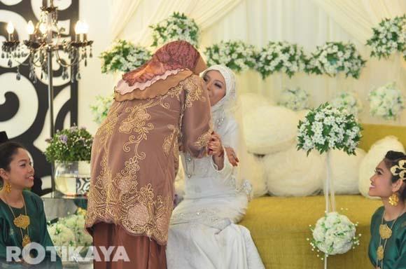 8923136968 6cbfac5c30 o Gambar Perkahwinan Izzue Islam dan Awin Nurin