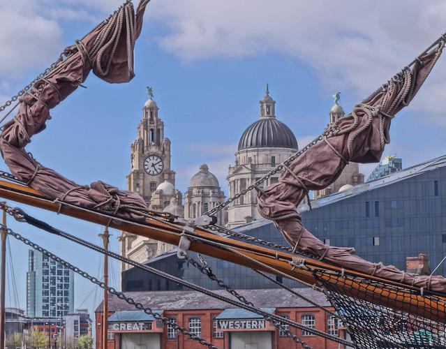 Vista desde el mar del Royal Liver Building, Liverpool.