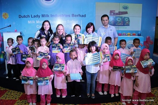 Mia And Children Of Rumah Amal Siraman Kasih With The Susu Dan Sahur Calendar Together With Dutch Lady Team