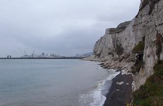 Vue sur le Port de Dover depuis les Langdon Searchlights Battery au pied des White Cliffs