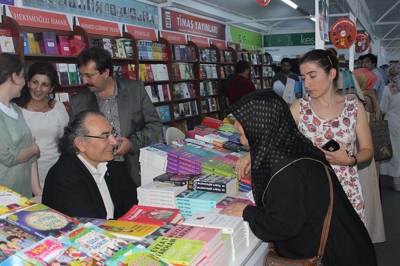 Prof. Dr. Nevzat Tarhan imza gününde okurlarıyla buluştu