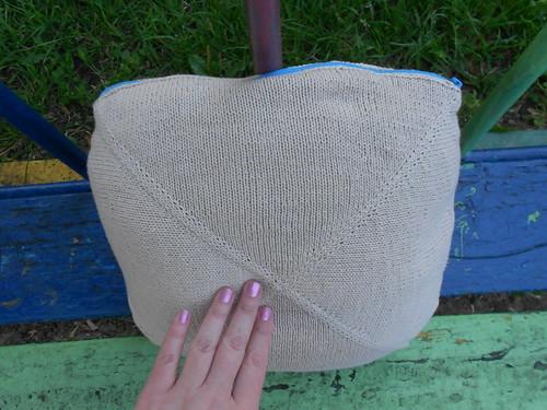 подушка с рукой