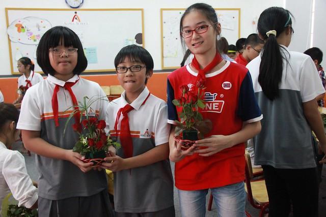 học sinh vui mừng với thành quả