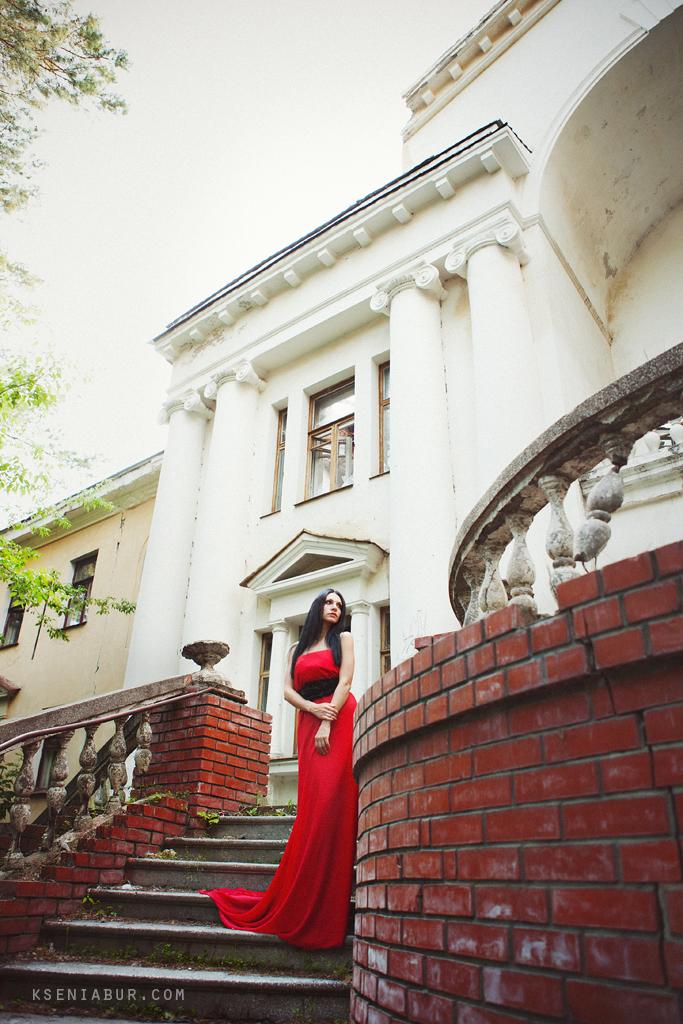 Творческая фотосессия девушки в заброшенном здании