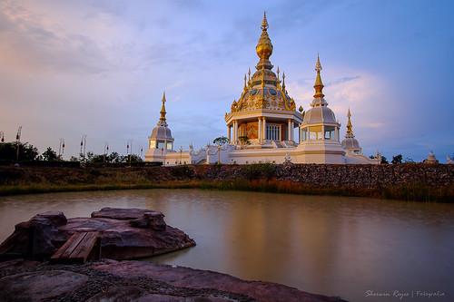 sunset water thailand temple asia southeastasia waterfront fujifilm 12mm wat northeast isaan samyang xt1