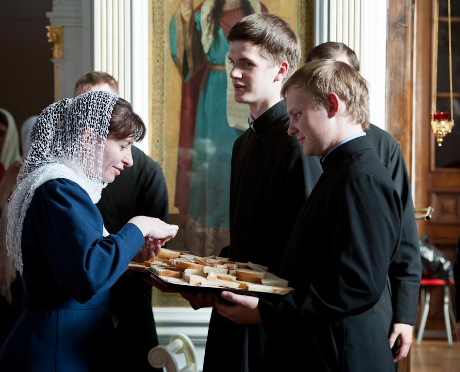 Келарь же взем от хлеб благословенных, и раздробив на блюде, раздает братии