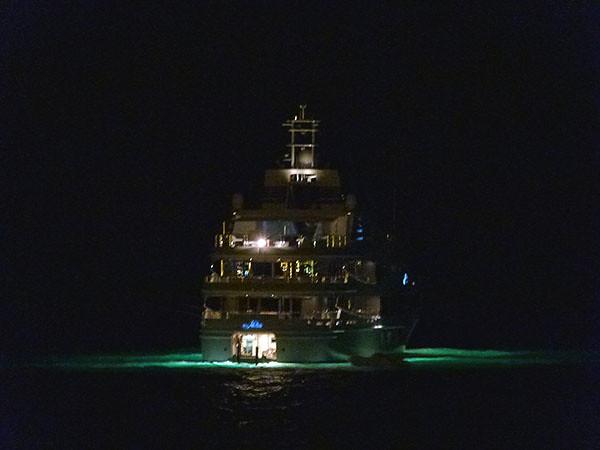 bateau à Antibes, la nuit