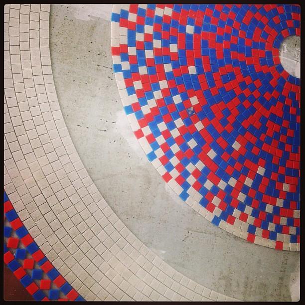 Loucura loucura!!! #mosaico  #mosaic #degradee #alemdarua #atelier #red #blue