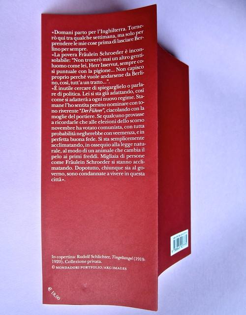 Christopher Isherwood, Addio a Berlino. Adelphi 2013. [responsabilità grafica non indicata]. Risvolto della q. di cop, q. di cop. (part.), 1