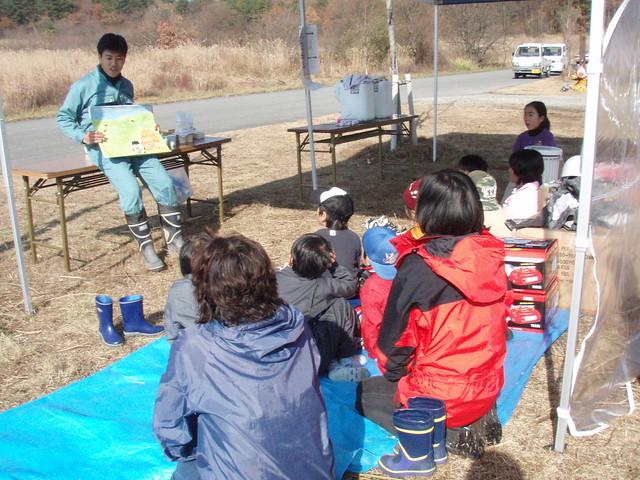 子供達は紙芝居に見入る.
