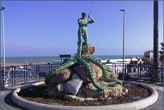 Torre a mare. Monumento al Pescatore front