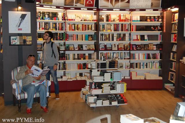 Los clientes de Santos Ochoa tienen a su disposición varios espacios para poder disfrutar dentro de la librería del placer de leer.